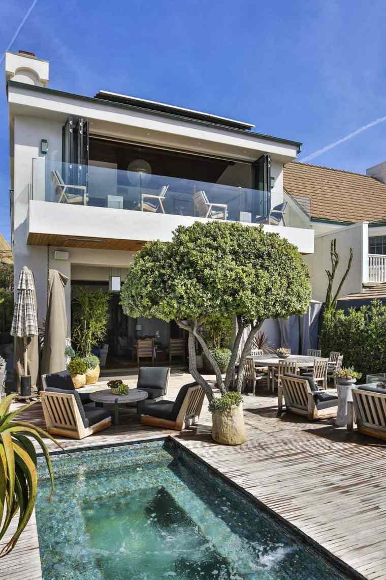 piscina-pequena-arbol-bello-muebles-modernos-jardin