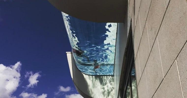 piscina-transparente-en-piso-alto
