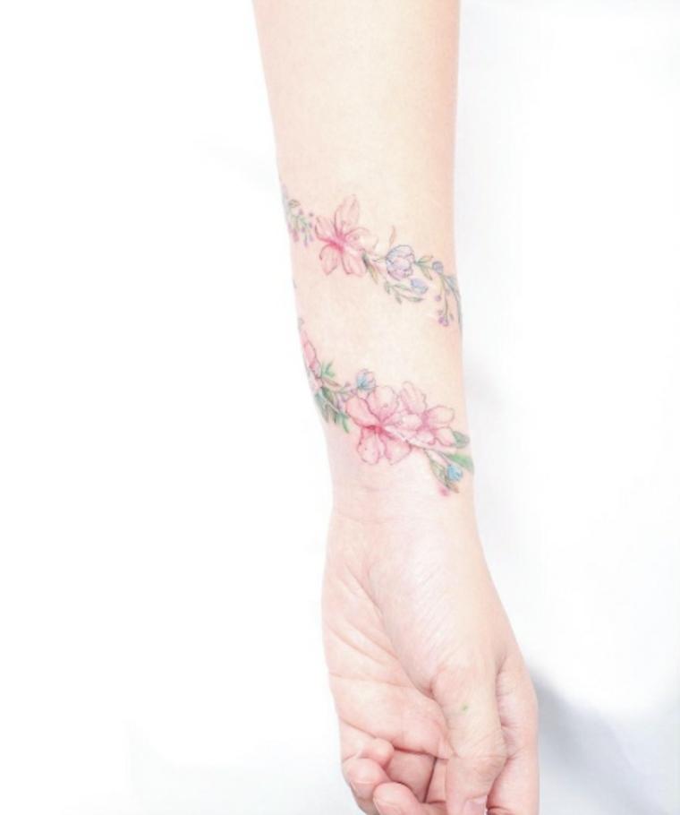 bonito tatuaje de flores para la muñeca