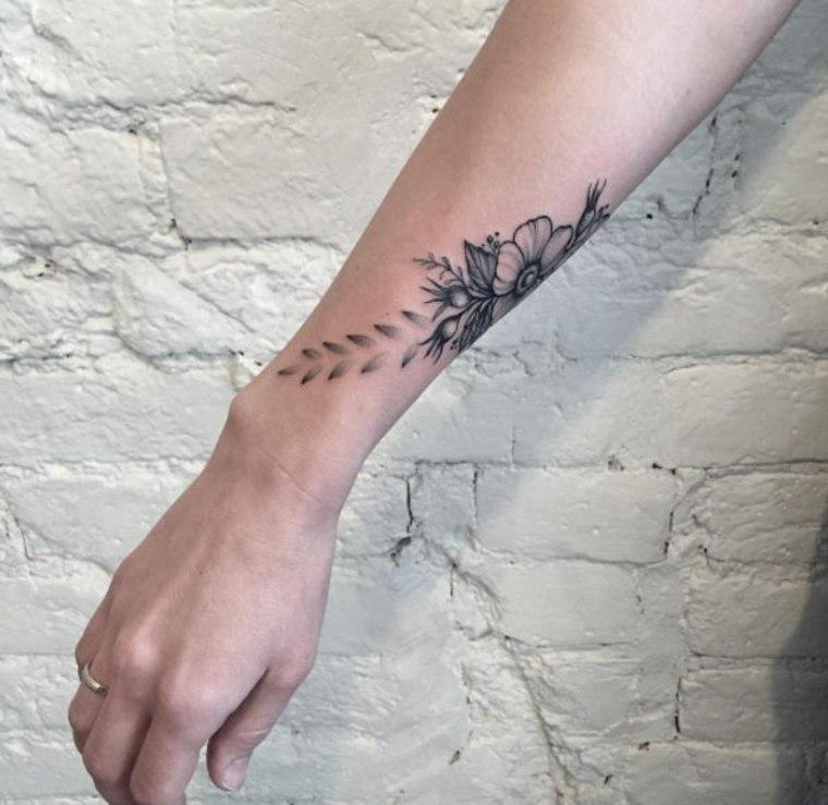 tatuaje de flores para la muñeca