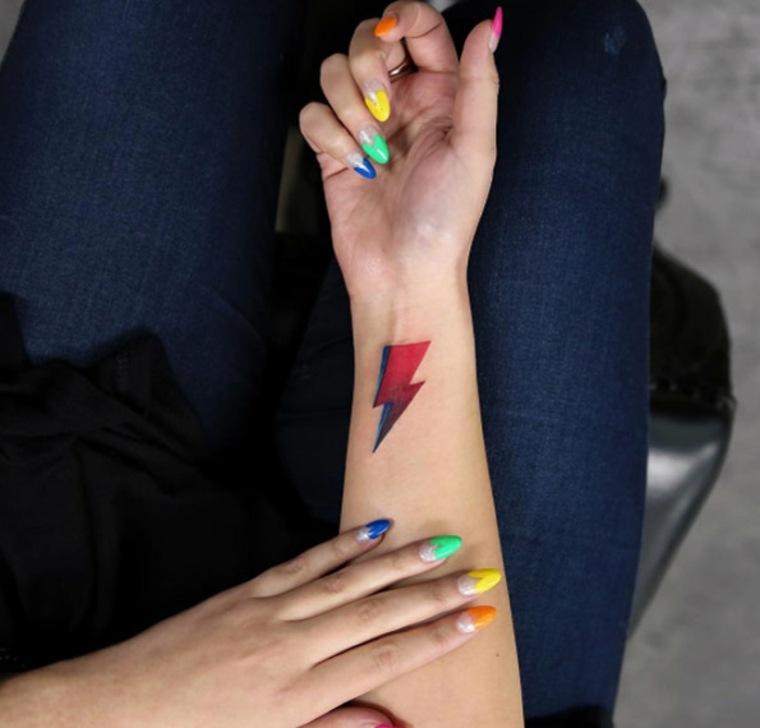 tatuaje de rayo en la muñeca