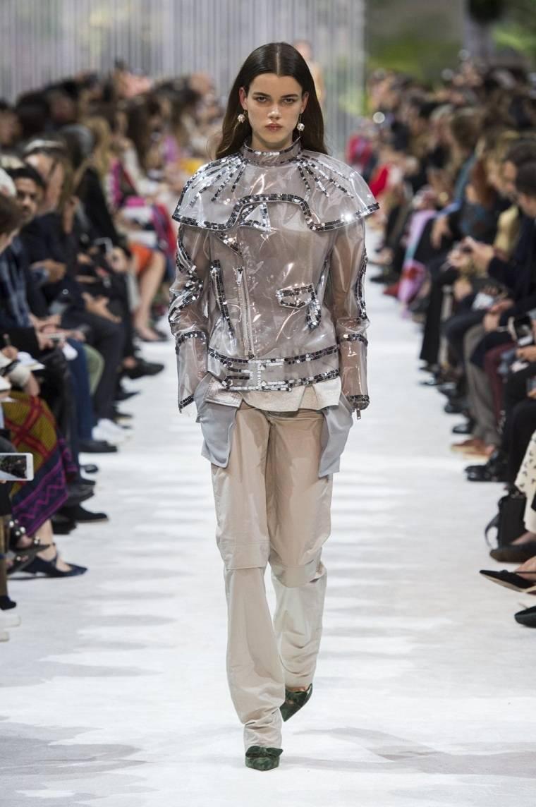 Valentino-chaqueta-plastico-tendencia