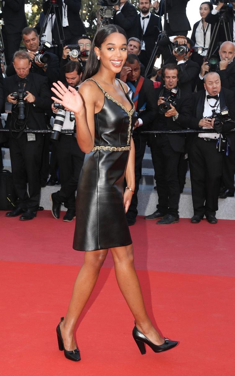 actriz-Laura-Harrier-Louis-Vuitton-vestido-cuero