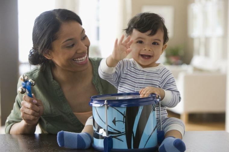 bebés-tocando-el-tambor