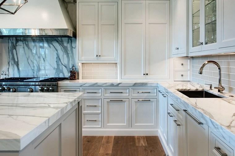 cocina-amplia-muebles-blancos-salpicadero-marmol