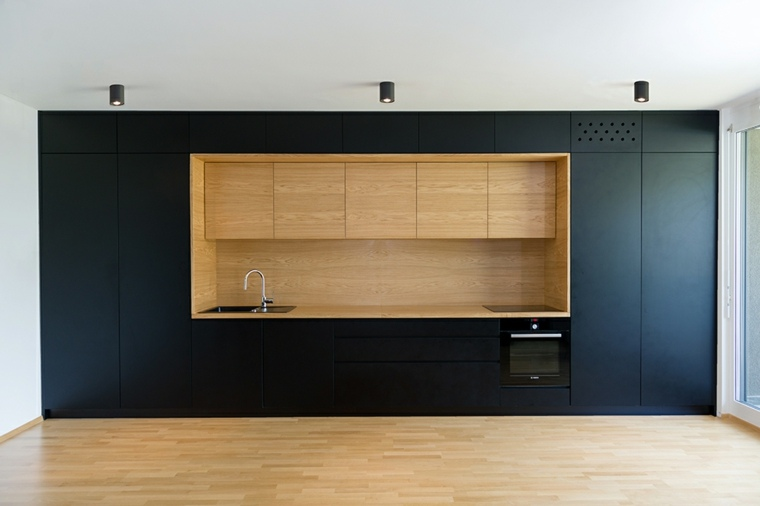 cocina-diseno-simple-empotrada-pared-neghro-madera