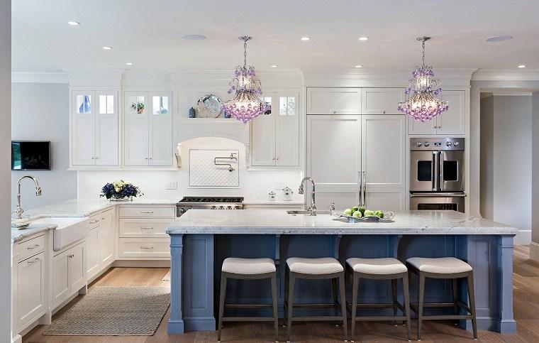 cocina-isla-azul-salpicadero-marmol-opciones