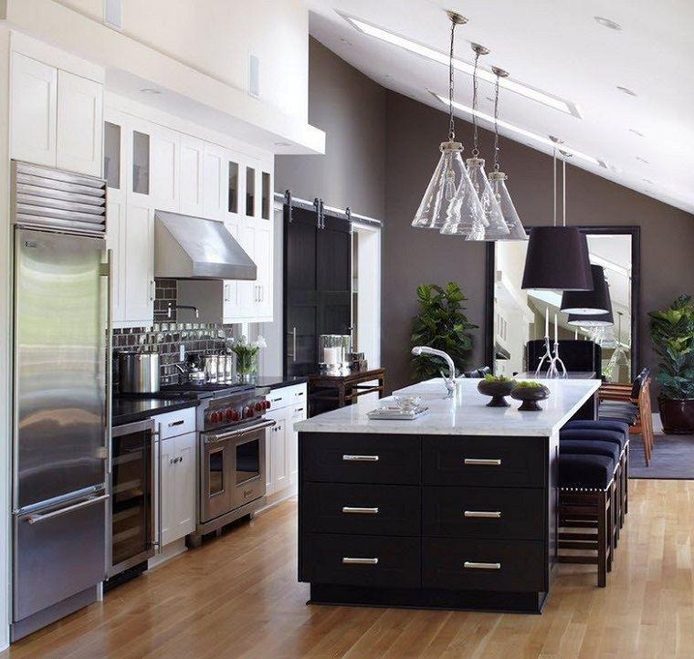 cocina-isla-negra-muebles-madera-blancos