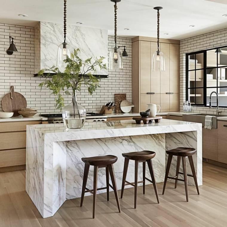 cocina-moderna-isla-marmol-muebles-madera-diseno