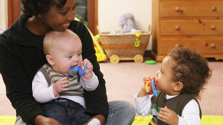 dos-bebés-jugando