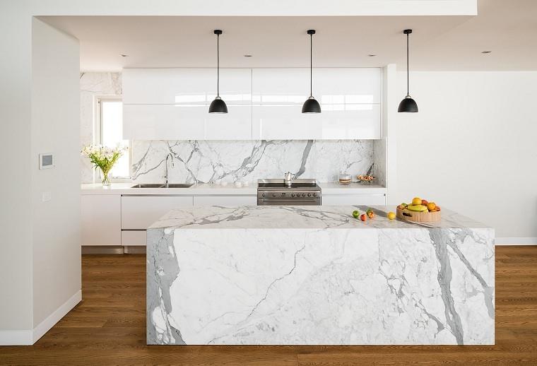 lamparas-negras-cocina-isla-marmol-blanco-opciones