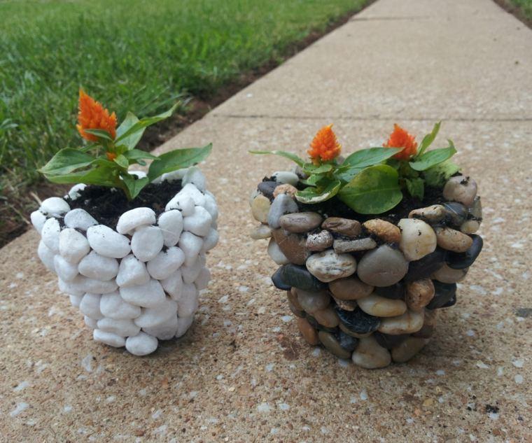 macetas decoradas-piedras-decorar-exteriroes