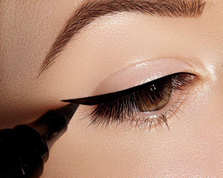 maquillaje de ojos natural-eyeliner-negro-verano