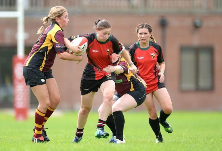 mujeres-jugando-al-futbol