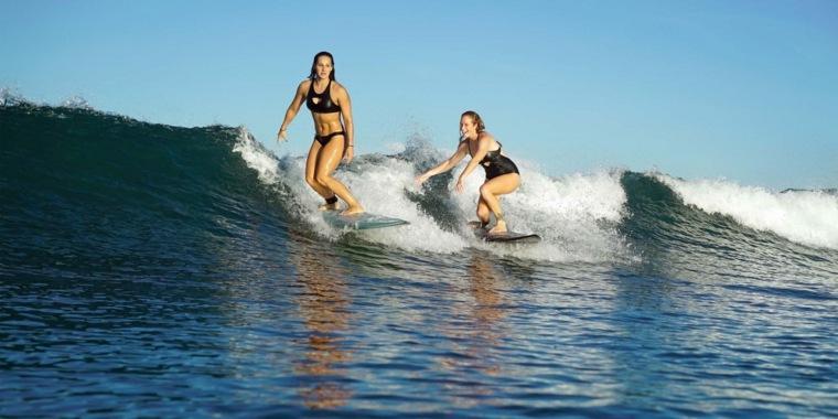 mujeres-practicando-el-surf