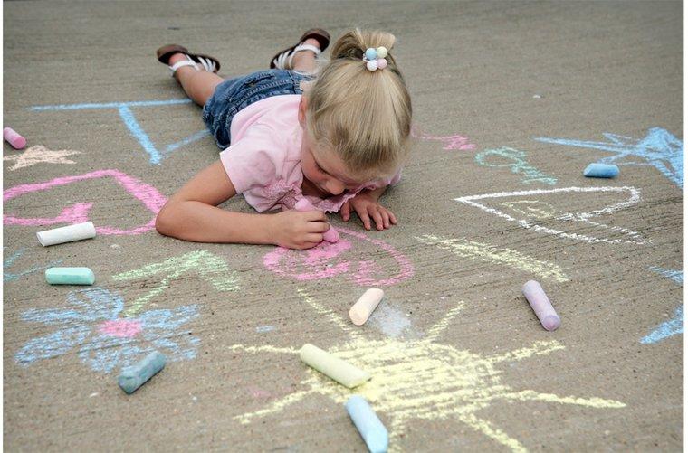 niña-dibujando-con-tizas