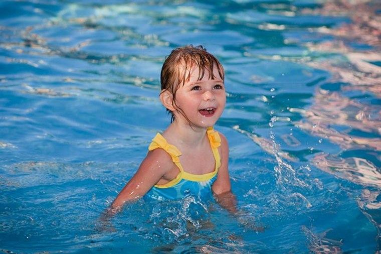niña-nadando-en-la-piscina