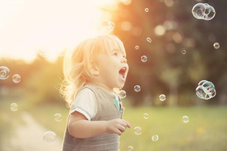 niños-jugando-con-burbujas