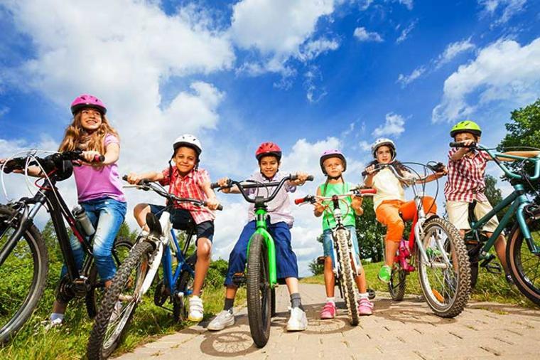 niños-montando-en-bici