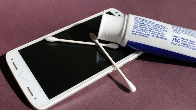 pasta-de-dientes-usos-consejos-limpiar-telefono