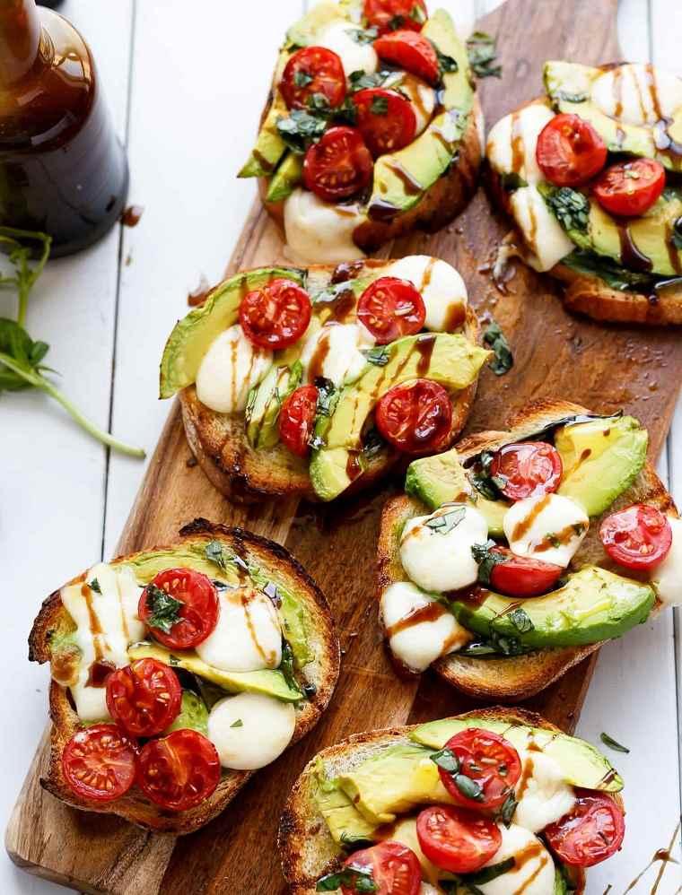 recetas-rapidas-avocado-caprese-crostini