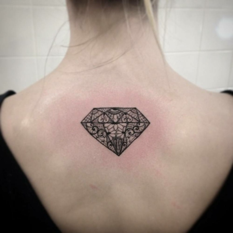 tatuajes de simbolos-diamantes-espalda-mujeres