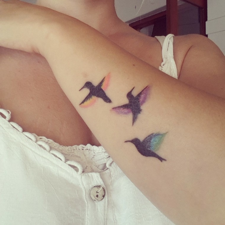 tatuajes pequenos-aves-mujeres-brazo