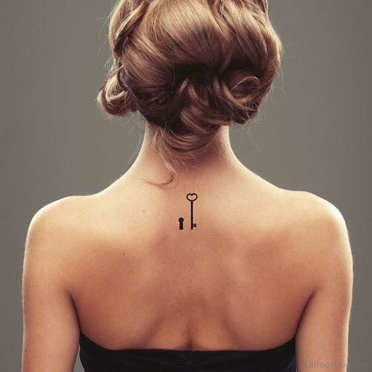 tatuajes pequenos-llaves-mujeres-espalda