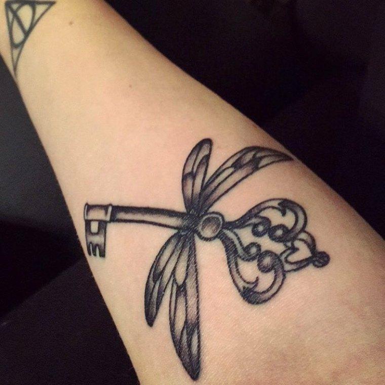 tatuajes pequenos-modernos-llaves-mujer