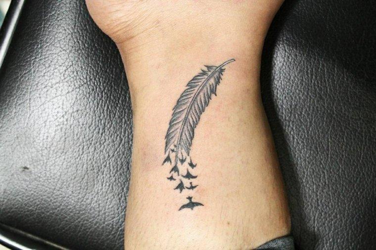 tatuajes pequenos-pluma-muneca