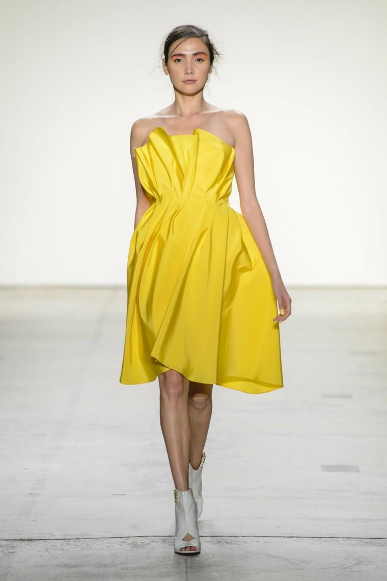 Leanne-Marshall-vestido-amarillo-moderno