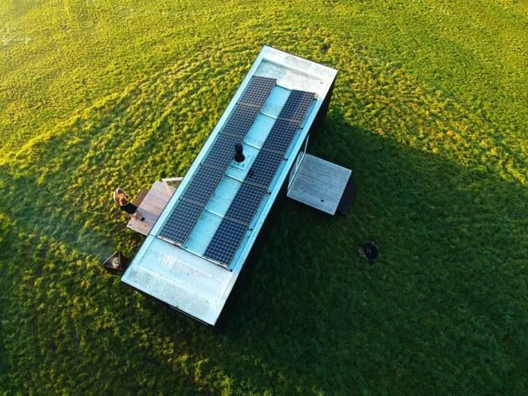 cabaña-con-paneles-solares