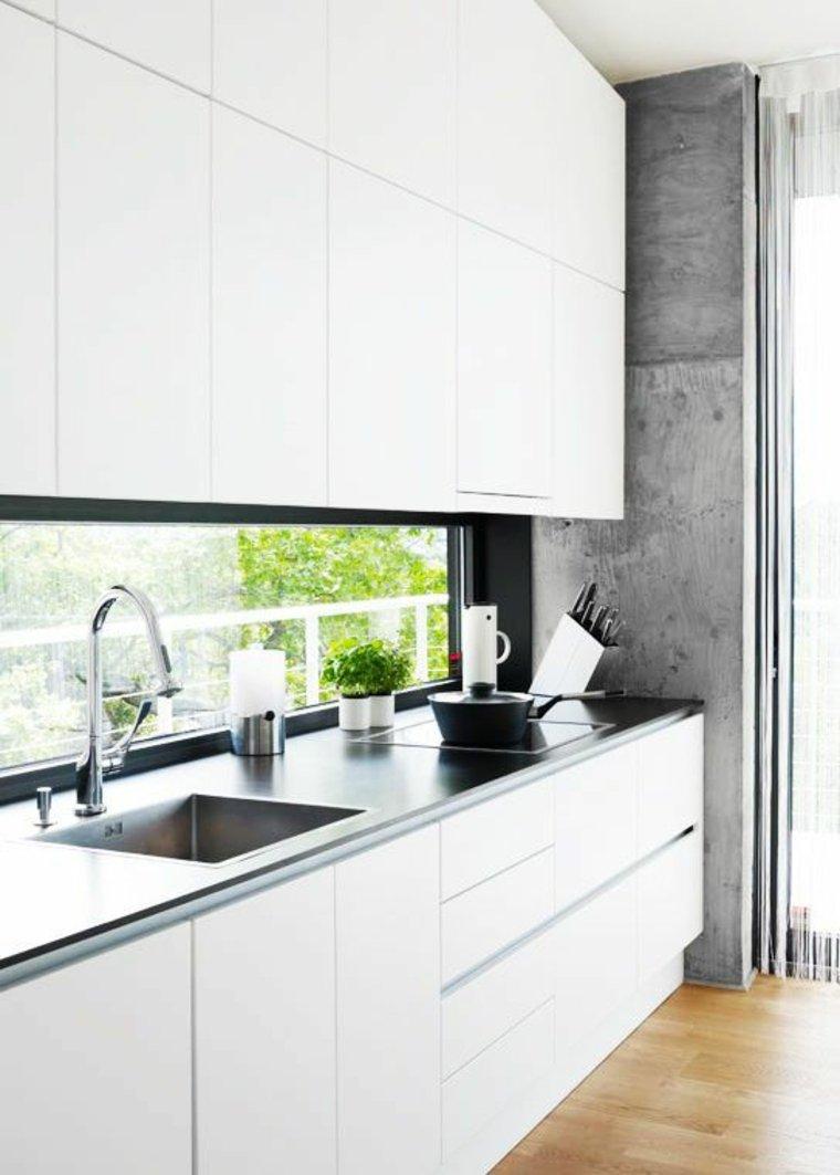 cocina-blanca-con ventana salpicadero