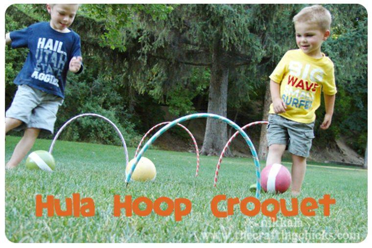 Croquet con aros en el jardín