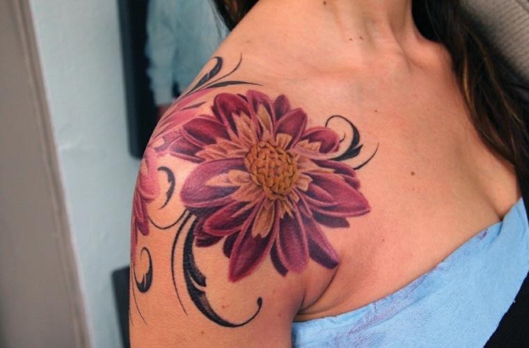 tatuaje de flores en el hombro