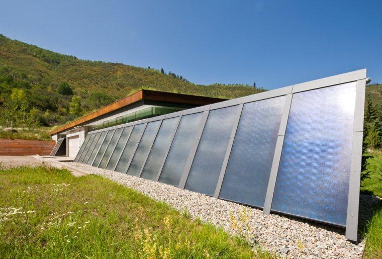hierba-paneles-solares-casa-montana