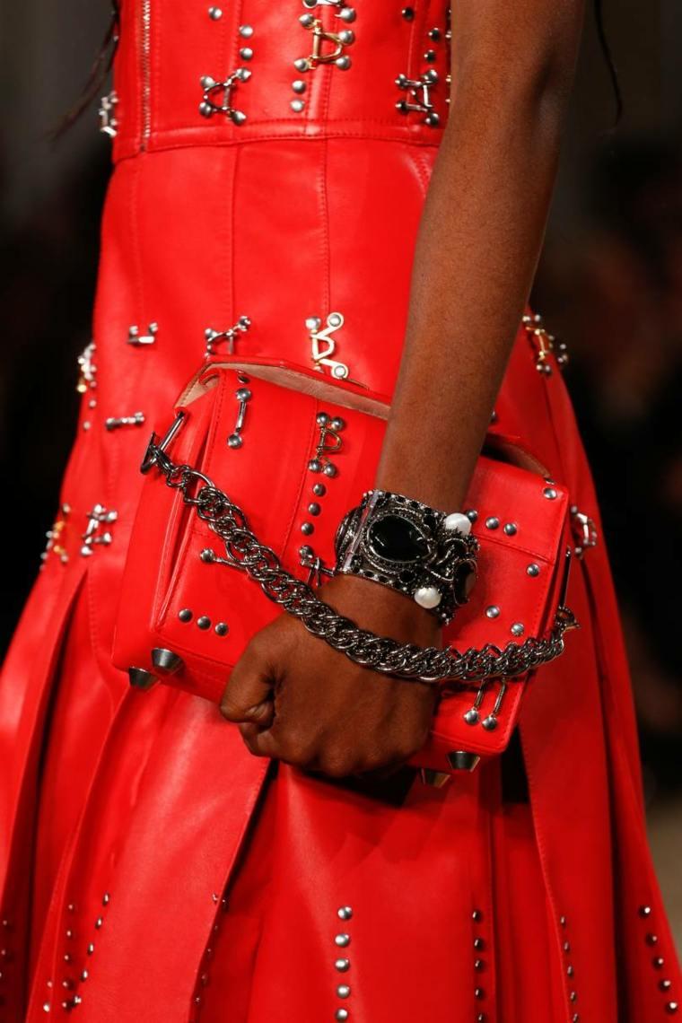 moda-actual-verano-esenciales-bolsos-Alexander-McQueen