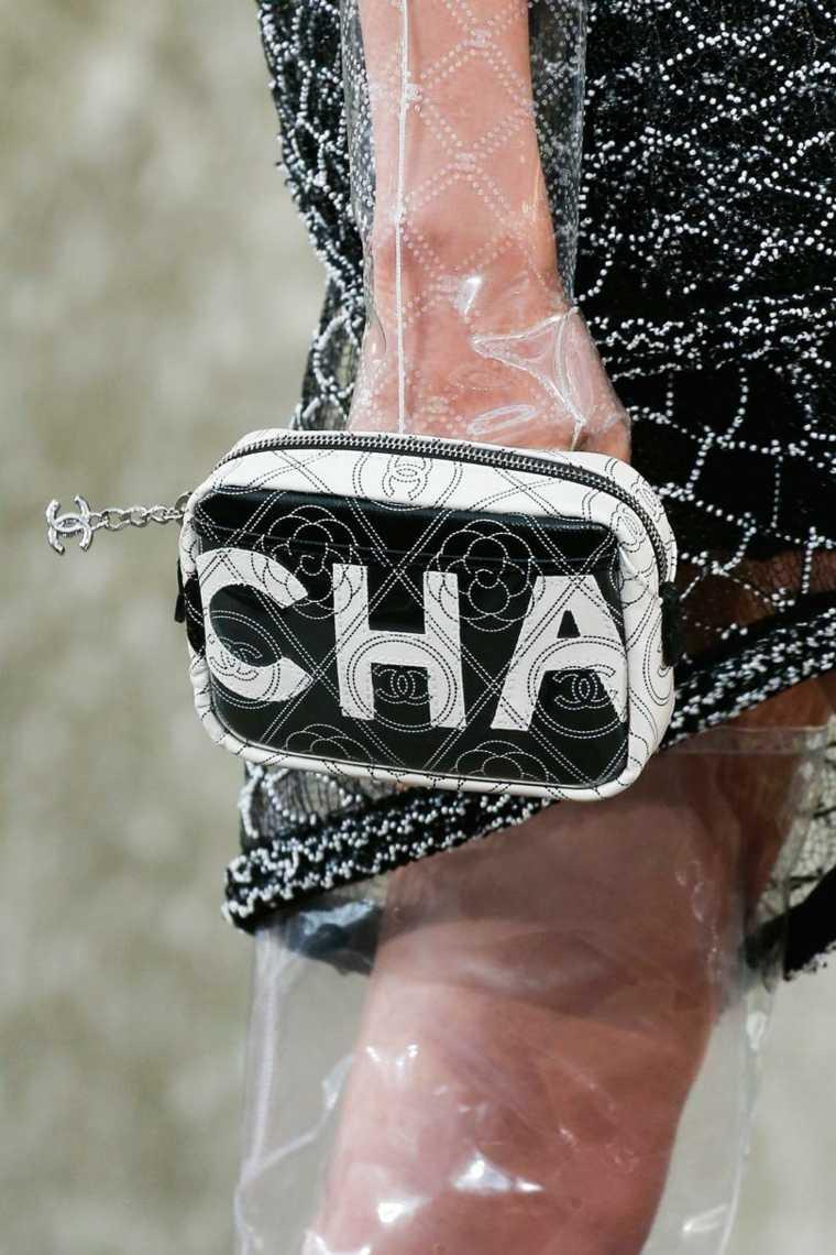 moda-actual-verano-esenciales-bolsos-Chanel-clasico