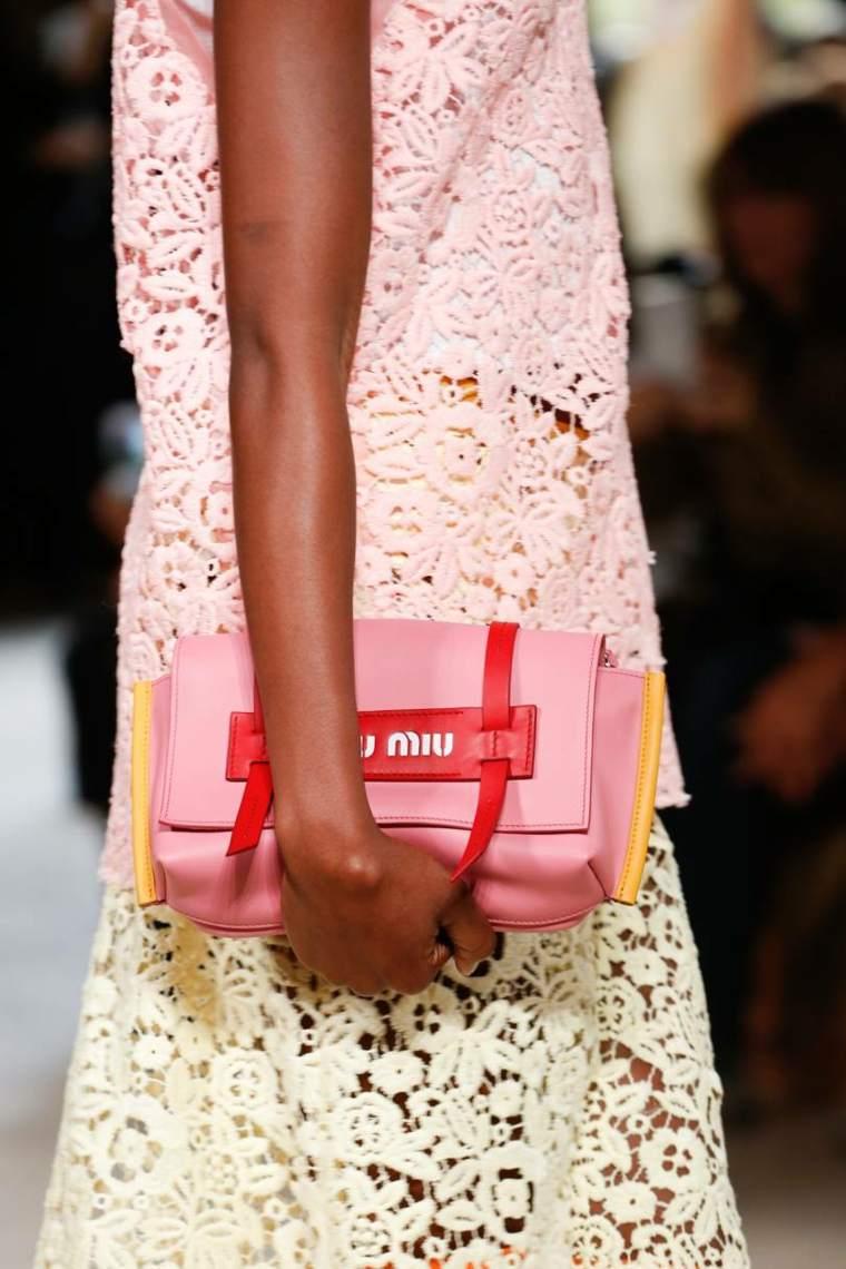 moda-actual-verano-esenciales-bolsos-Miu-Miu-rosa
