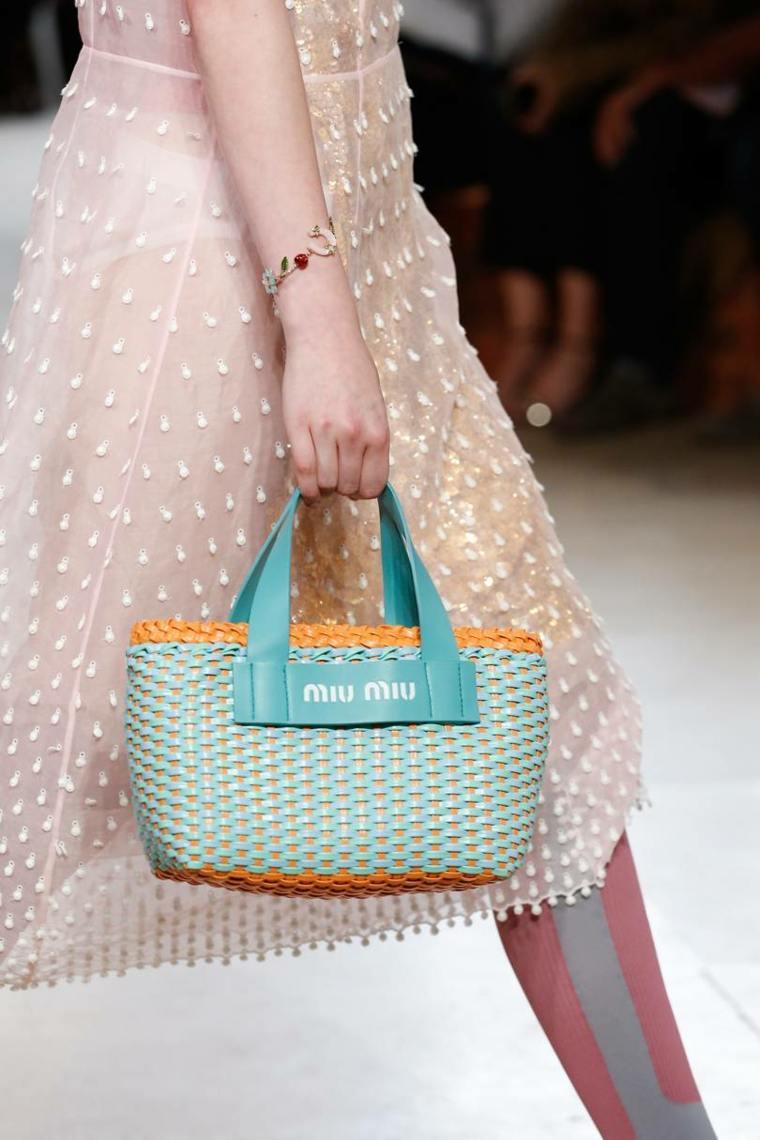 moda-actual-verano-esenciales-bolsos-Miu-Miu-verano