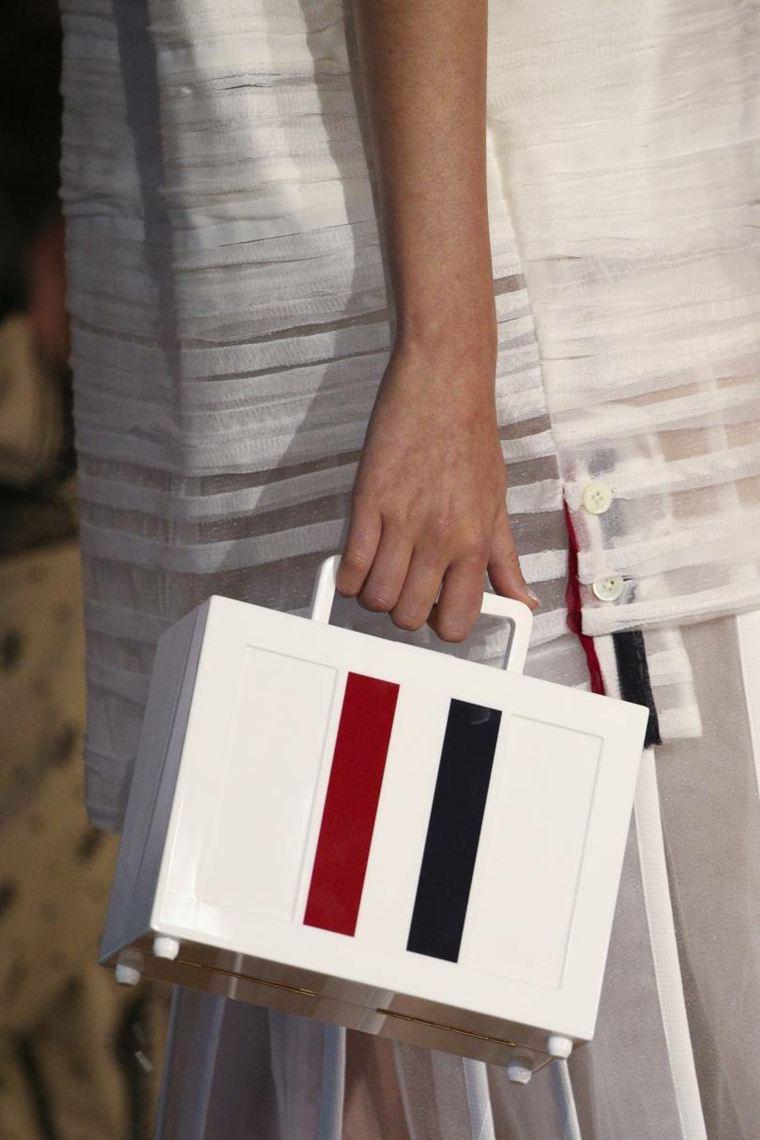 moda-actual-verano-esenciales-bolsos-Thom-Browne