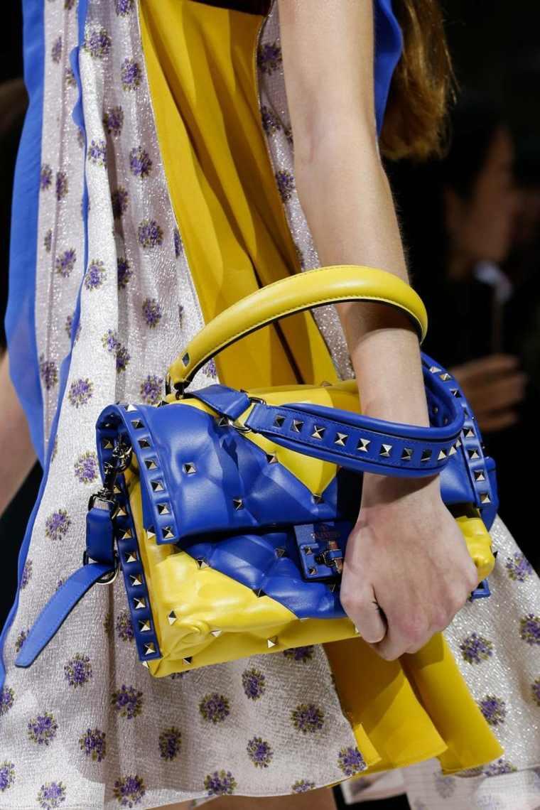 moda-actual-verano-esenciales-bolsos-Vlentino-ideas