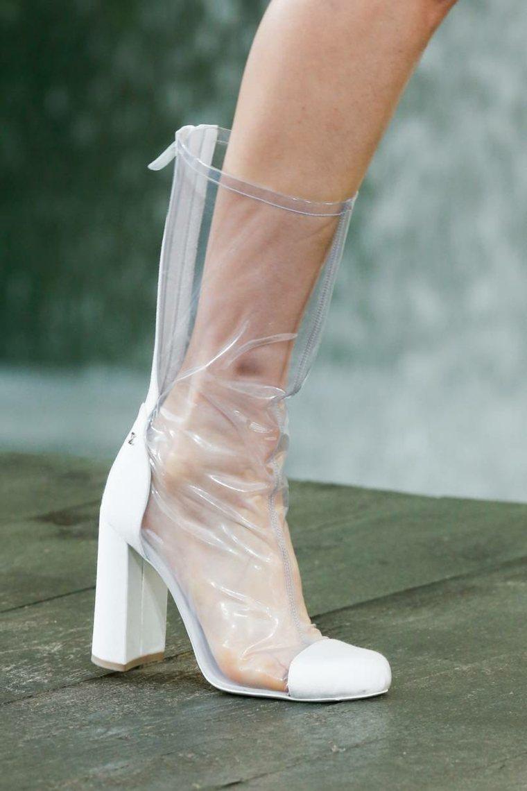moda-actual-verano-esenciales-zapatos-Miu-Miu-botas