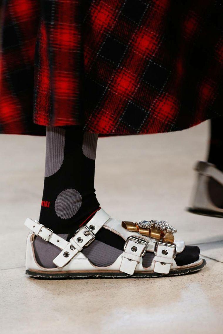 moda-actual-verano-esenciales-zapatos-Miu-Miu-sandalias
