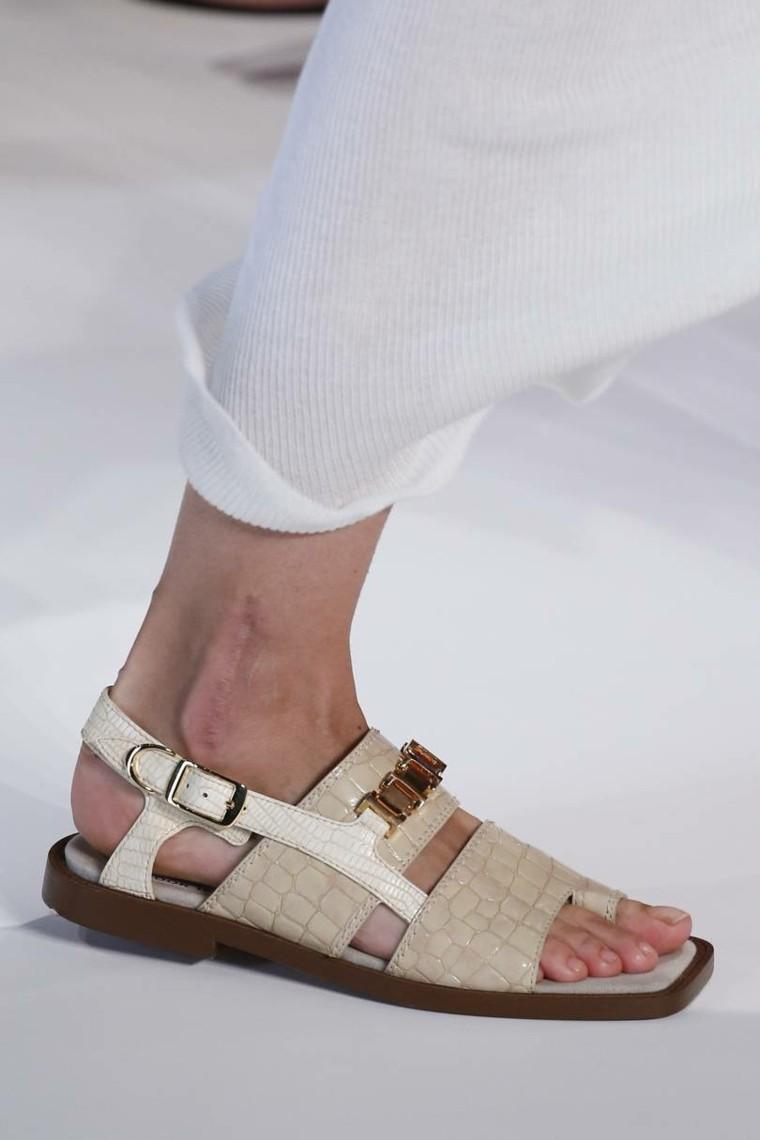 moda-actual-verano-esenciales-zapatos-Sacai-sandalias