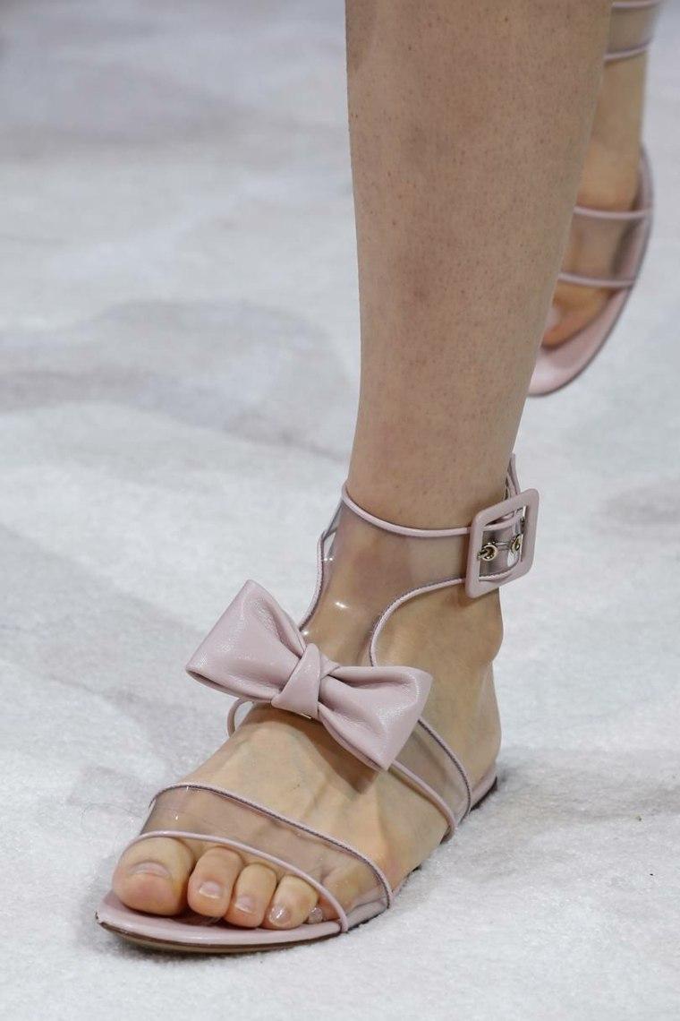moda-actual-verano-esenciales-zapatos-Valentino-sandalias