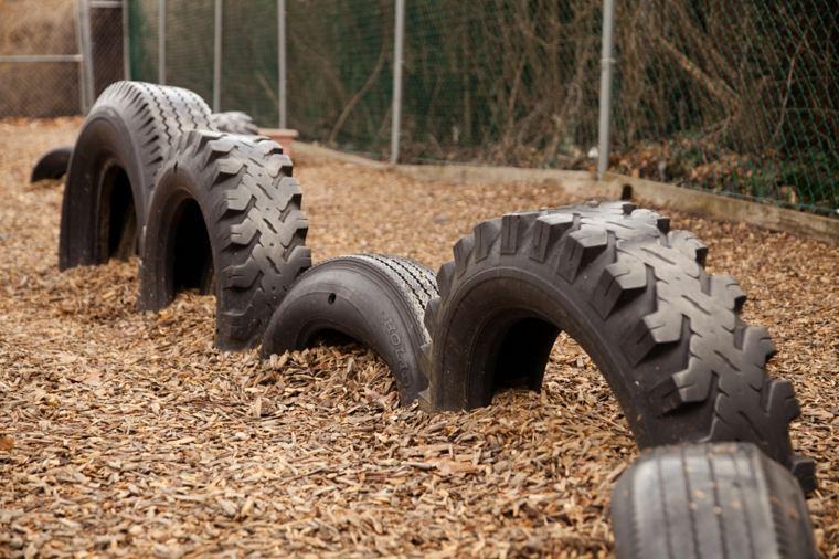 Parque infantil con neumáticos viejos