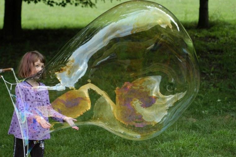 niña-con-burbujas-de-jabón