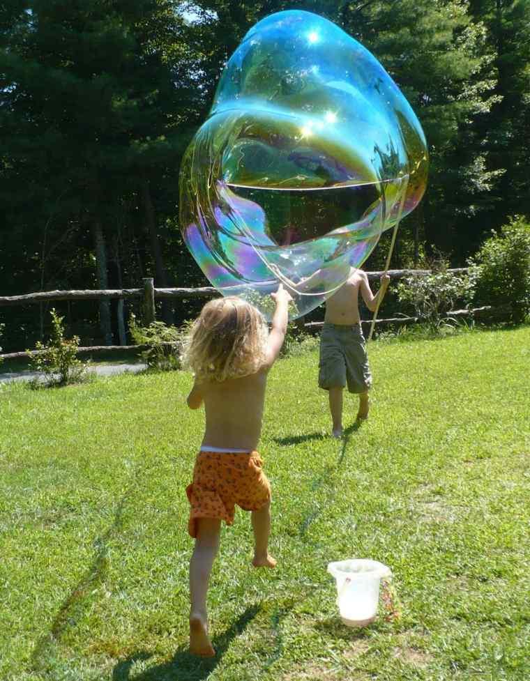 niño-haciendo-burbujas-de-jabón