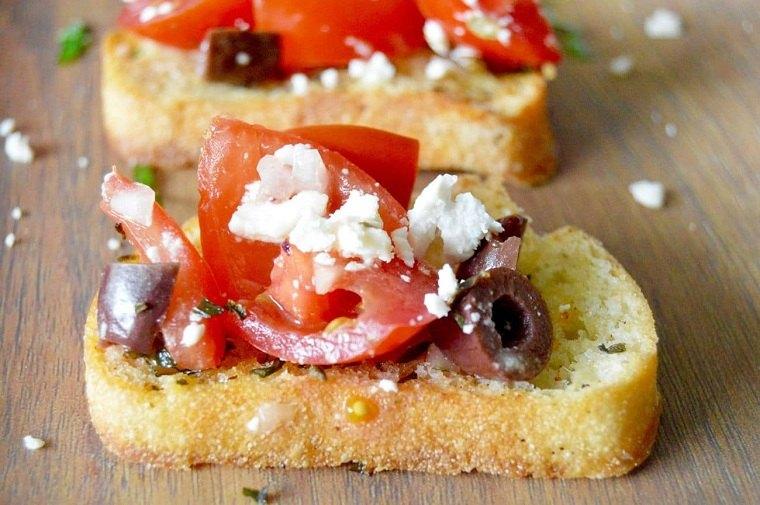 recetas-para-desayunos-pan-tostado-queso-feta-aceitunas-kalamata